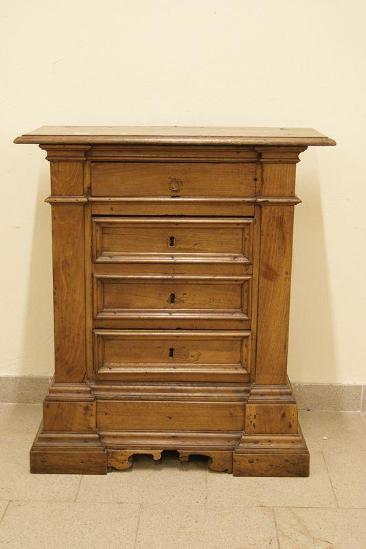 Credenzino, in stile 600, in noce a quattro cassetti, ricostruito con materiale antico, cm 72x30x82