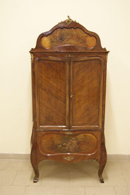 Credenza in stile '700, in legno, a tre sportelli, di cui uno a ribalta, pannelli decorati, gambe mosse, cm 84x34,5x174