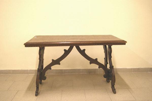 Tavolino rettangolare, in stile Seicento, in noce con gambe a lira, cm 114x56x71