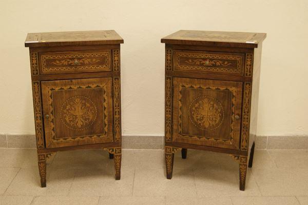 Coppia di comodini, stile sec. XVIII, in legno intarsiato ad uno sportello, un cassetto, cm 43x31,5x 70,5