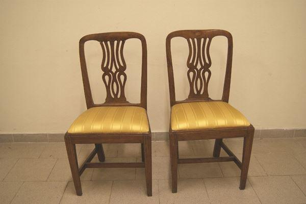 Coppia di sedie, Toscana sec. XVIII, in noce con spalliera traforata, seduta ricoperta in stoffa gialla, cm 49x40x94
