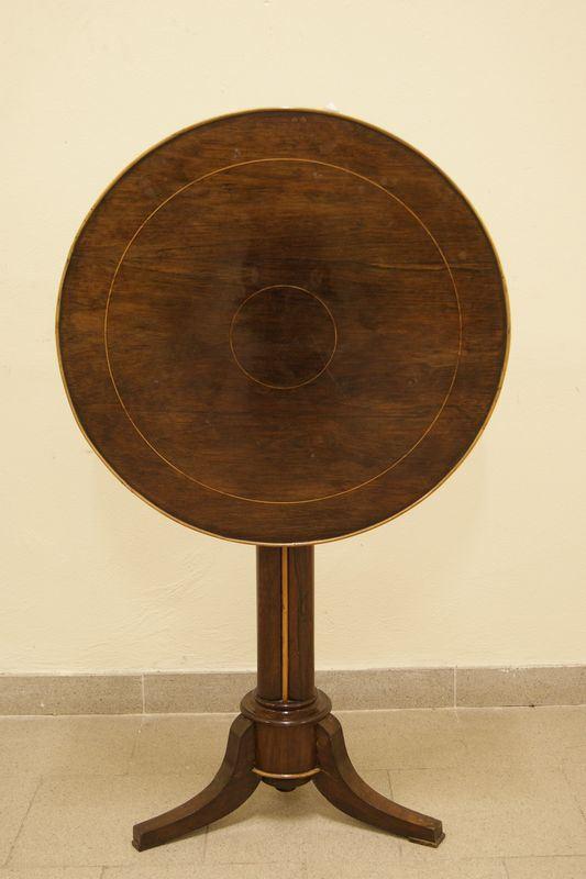 Tavolino, Toscana sec. XIX, piano filettato a vela, gamba centrale a tre piedi, diam cm 64, alt. cm 76