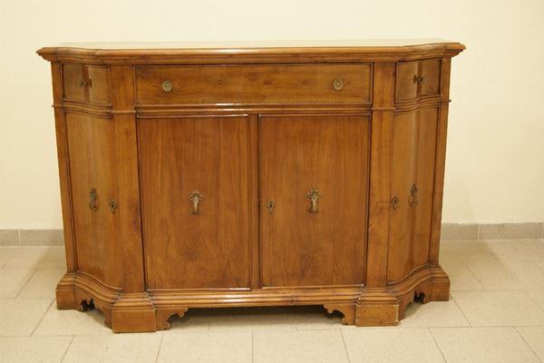 Credenza scantonata, stile '700, in ciliegio  a quattro sportelli e tre cassetti, piedi a mensola, cm 144x46x95