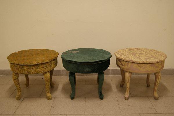 Tre tavolini rivestiti in stoffa, diam. cm 47,5, difetti.