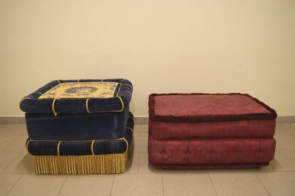 Due pouff rivestiti in stoffa e velluto,uno cm 80x55 e l'altro cm 70x70, difetti