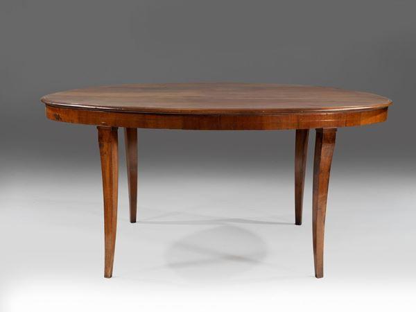 Tavolo da pranzo, prima metà sec. XIX, in noce, piano ovale su gambe sinuose, cm 171x106x79