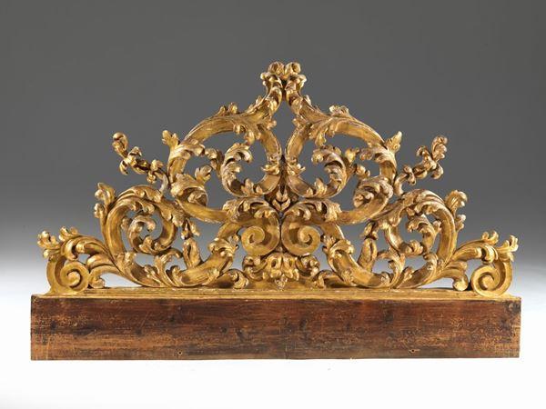 Testiera, Italia Centrale, metà sec. XVIII, in legno intagliato e dorato, a volute fitomorfe e motivi floreali, cm 170x102, alcune cadute alla doratura