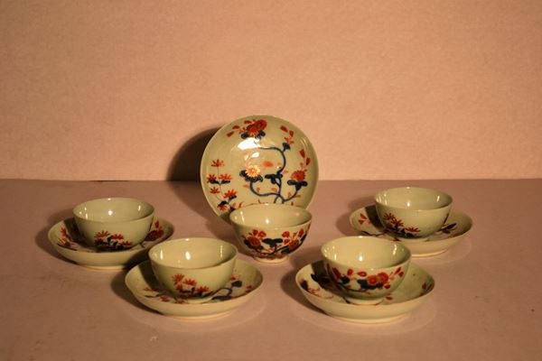 Cinque coppette con piattini, sec.XIX, in porcellana  a decoro floreale in blu-oro e rouge de fer di ispirazione orientale (10)