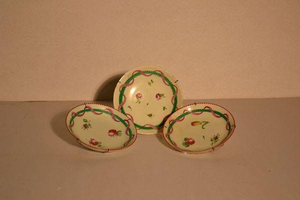 Tre piattini manifattura Ginori  in porcellana decorata a roselline e nastro verde;   ed un piatto, manifattura Ginori sec. XIX, cavetto decorato da mazzetto di fiori (4)