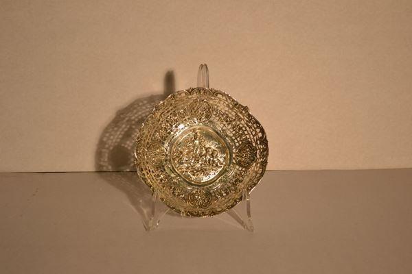Cestina, Germania inizi sec. XX, in argento, cavetto cesellato a putti alati e tesa traforata a festoni di rose, diam. cm 18,  gr. 180