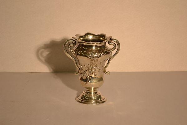 Vaso biansato, in argento, corpo a balaustro sbalzato a tralci di fucsie,bordo smeralto e manici a doppia voluta, alt. cm 20, g 360