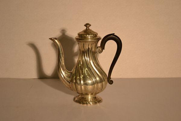 Caffettiera, in argento, corpo piriforme sbalzato torchon, manico a voluta in legno ebanizzato, g 650, alt. cm 25