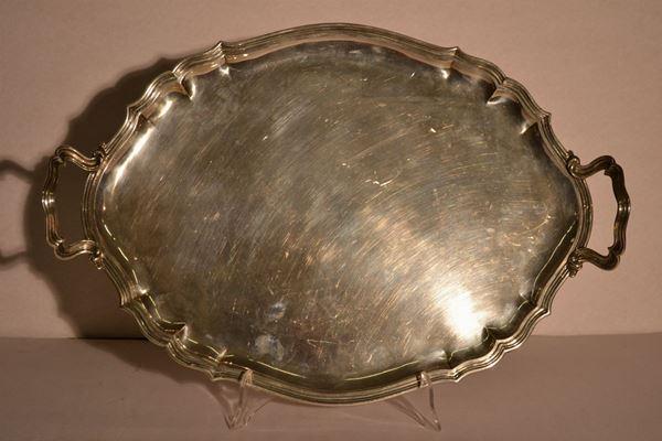Vassoio biansato, sec. XX, argentiere Miracoli, di forma ovale in argentocon bordo sagomato, cm 56x38, g 1700