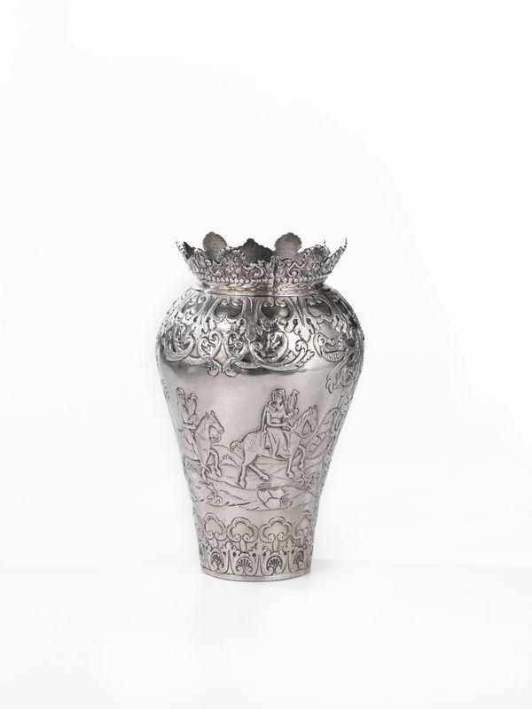 Vaso, in argento sbalzato e cesellato a scena di caccia al falco, g 890,alt. cm 22