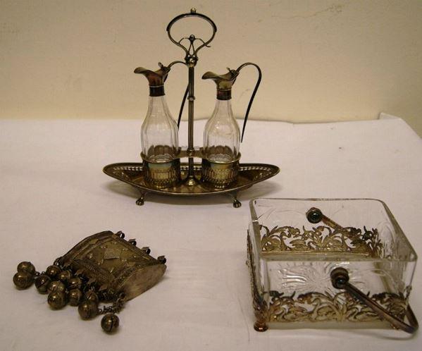 Piccolo cestino da tavolo, con manico in stile liberty, vaschetta in cristallo e montatura in argento, scatola araba in argento inciso, con campanelli, gr. 209