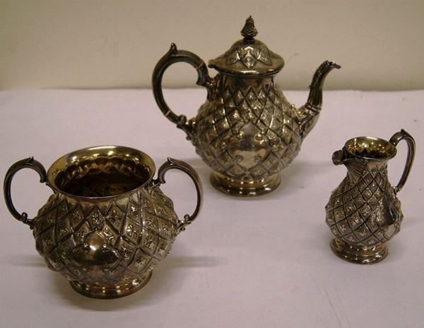 Servizio da tè, fine sec. XIX, composto da teiera, lattiera e zuccheriera, in metallo argentato inciso (3)