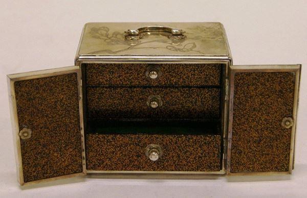Portagioie, Giappone, tardo sec. XIX, in argento inciso, a due sportelli e cassettini interni, a motivi floreali, interni in legno laccato