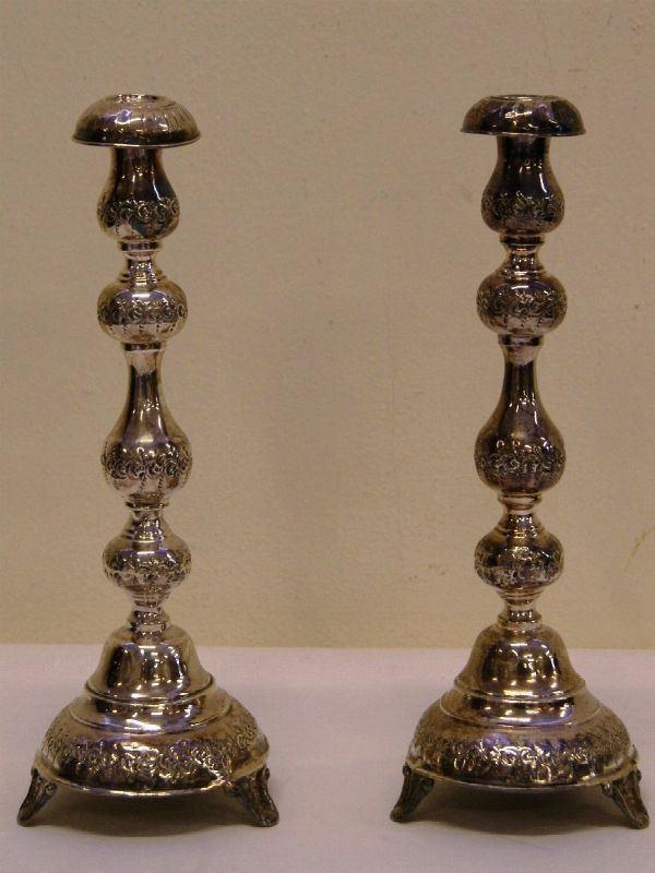 Coppia di candelieri a rocchetto, in argento, completi di bobeches, gr. 450(2)