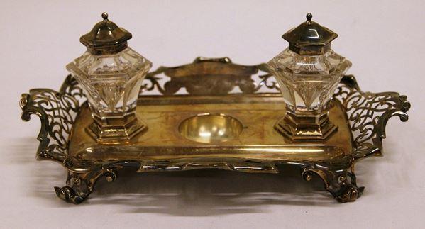 Calamaio, Inghilterra, inizi sec. XX, in argento sagomato e traforato, con due boccette in cristallo molato (3)