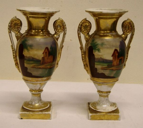 Coppia di vasi biansati, inizio sec. XIX, in porcellana, in parte dorata e in parte dipinta con scene idilliache e casolari, manici a volute, alt. cm 25, doratura consumata(2)
