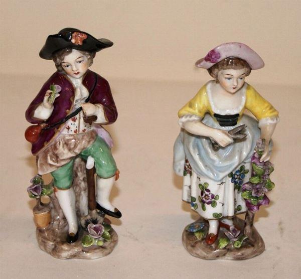 Coppia di figure, fine sec.XIX, in porcellana policroma, raffiguranti bambino e bambina in abiti settecenteschi, alt. cm 11(2)