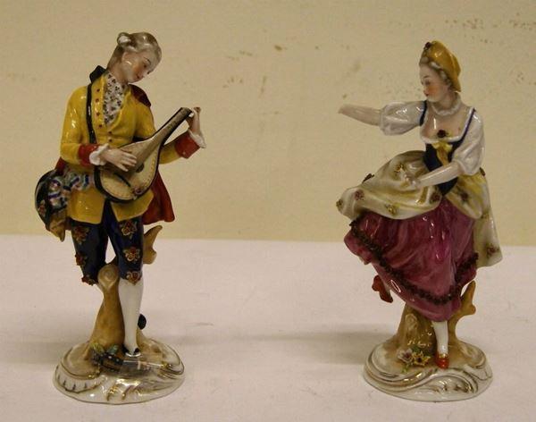 Coppia di figure, fine sec. XIX-inizio XX, in porcellana policroma, raffigurante fanciullo che suona il mandolino e fanciulla che danza, alt. cm 18, mancanze e restauri (2)