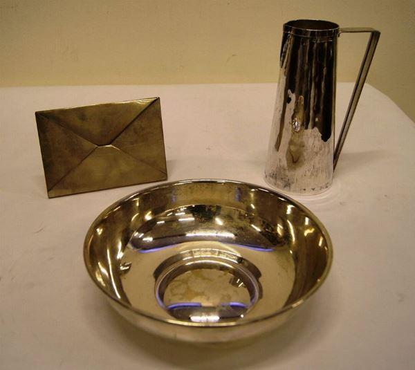 Portabiglietti da tavolo, in argento, a forma di busta;  bricco monoansato, Inghilterra, sec. XX, in argento, cm 22 e recipiente, in argento, argentiere Serra, tot. gr 1180, diam. cm 24