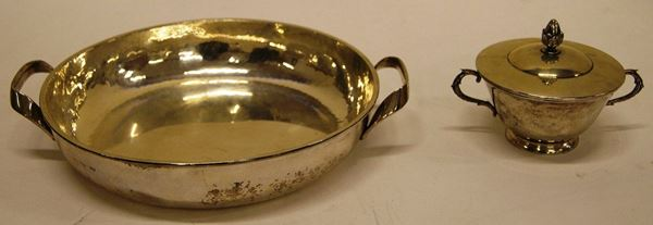 Vassoio tondo, in argento, a due manici e zuppierina, in argento, a due manici con coperchio, di gusto Impero, tot. gr. 1070 (2)