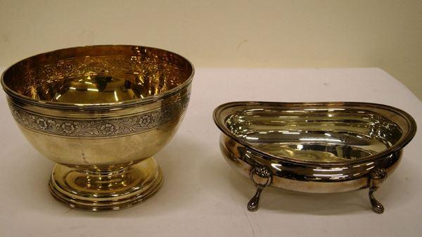 Coppa, in argento, con piede alto, interno dorato, esterno inciso, argentiere Broggi, e Alzata, in argento, su quattro piedini, tot. gr. 1427 (2)