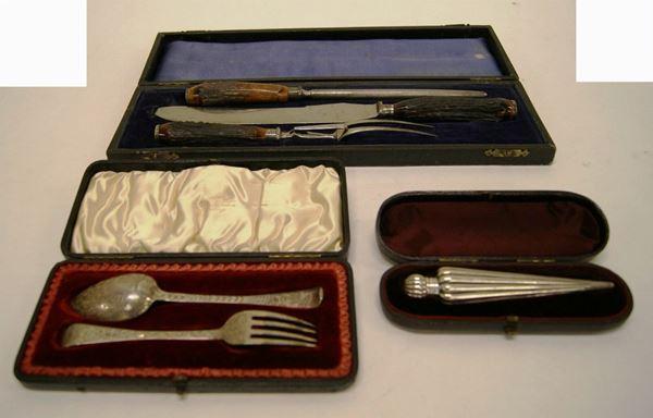 Set da viaggio, in argento inciso, con due posate in argento entro astuccio, e set di tre posate da caccia con manici in osso (9)