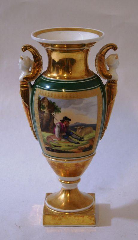 Vaso, Francia, sec. XX, in porcellana policroma con decori oro e figure, anse a forma di figure alate, cm 27