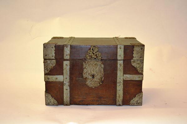 Cassina, sec. XIX, in legno di forma rettangolare con guarnizioni in metallo sbalzato e cesellato, cm 48x32x31, lievi danni