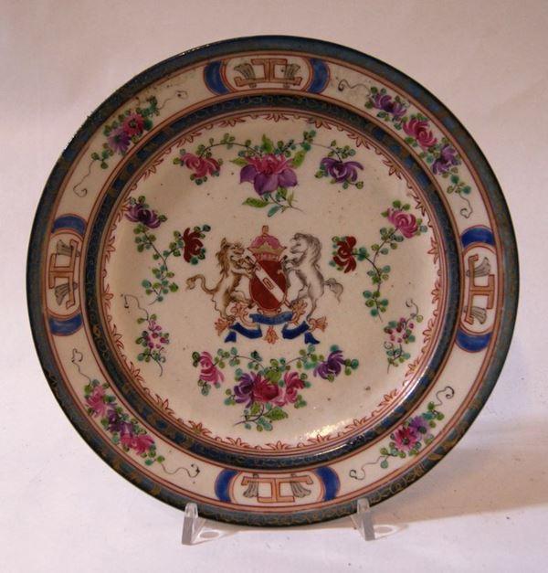 Piatto, Francia, sec. XVIII, in porcellana, cavetto decorato da stemma, diametro cm 24