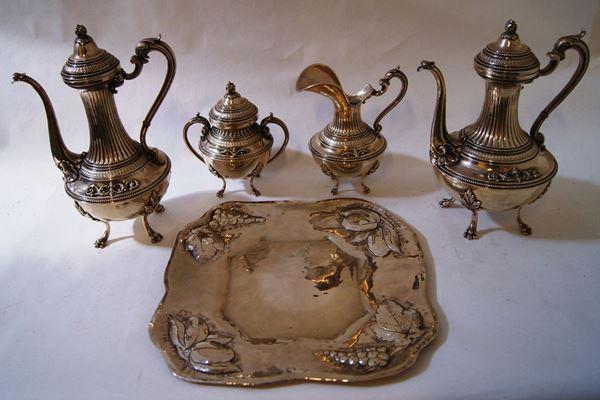 Quattro pezzi, in particolare lattiera, teiera, caffettiera e zuccheriera, in argento lavorato e cesellato, e Vassoio, in argento, tot. gr. 3250(5)