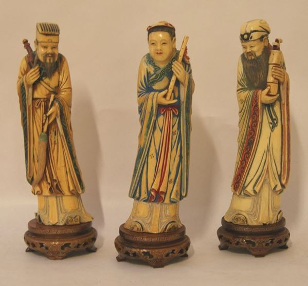 Tre sculture, Cina, sec. XIX, in avorio, raffiguranti FIGURE, su basi in legno, alt.cm 26 senza base(3)