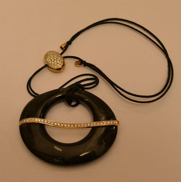 Pendente PIETRASANTA, in marmo nero, con intersezioni in oro giallo e pavè di diamanti, marcato Torrini