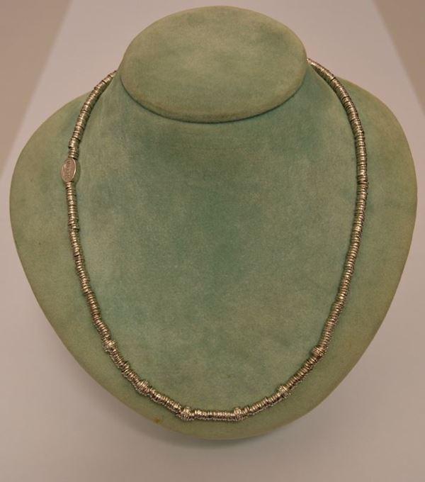 Girocollo in oro bianco con lavorazione a rondelle ed intersezioni in brillanti, g 39,1, ct. 6,4, marcato Torrini