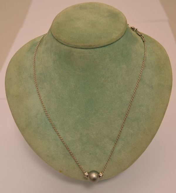 Collana in oro bianco, KIKKI, con pendente in perla grigia e brillanti, peso oro g 4,5, brillanti ct. 0,12, marcato Torrini