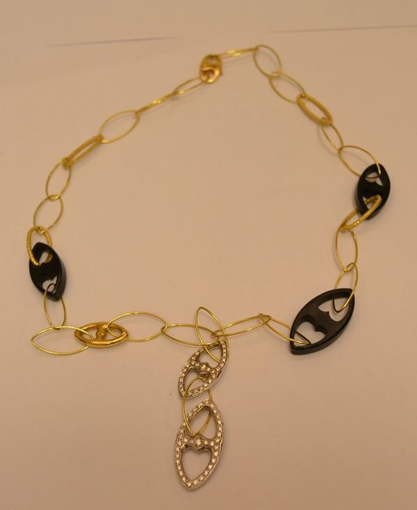Collana in oro giallo, MARINA, con intercalate tre maglie in ebano e pendenti in oro bianco e brillanti, peso oro g 15,4, brillanti ct. 0,71