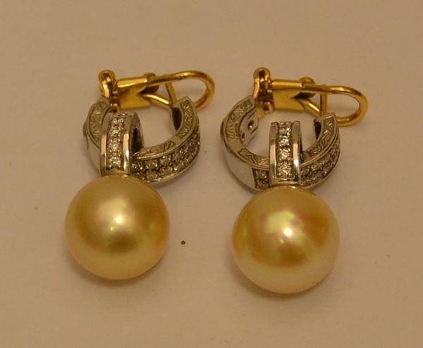 Coppia di orecchini a pendente in oro giallo e bianco, con perle Gold australiane e brillanti, oro g 12, brillanti ct. 0,56, marcato Torrini (2)
