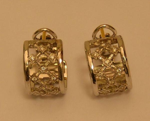 Coppia di orecchini in oro bianco e diamanti, DOMINO, g 12,3, diamanti ct. 0,06, marcati Torrini (2)