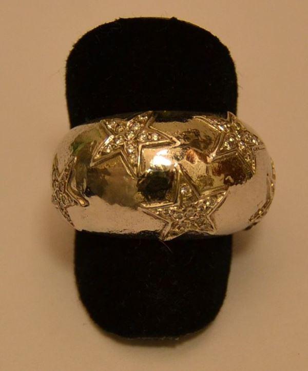 Anello in oro bianco, ALICE, con diamanti a pavè, montati a forma di stelle, g 13,4, diamanti ct. 0,3