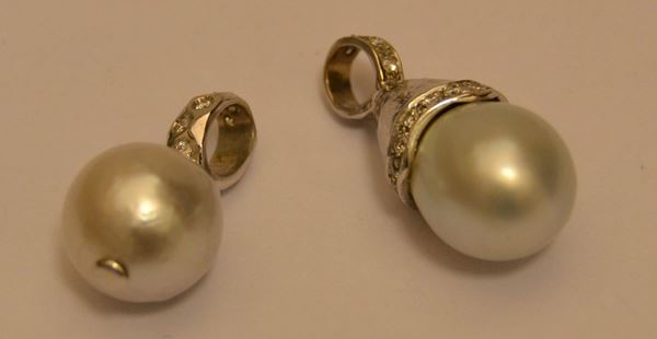 Pendente in oro bianco con perla australiana, diametro mm 12, e brillantini, ed altro pendente, EN SUITE, oro g 4, diamanti ct. 0,41, marcati Torrini  (2)