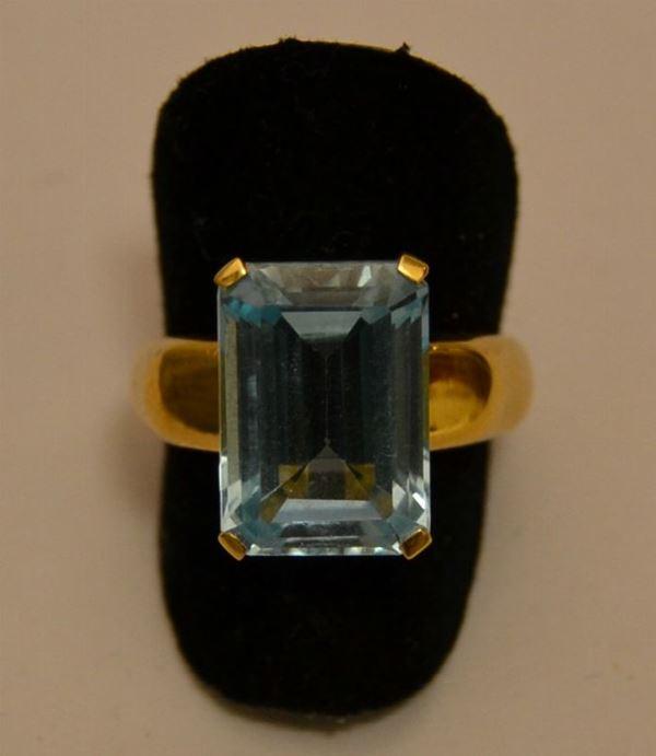Anello in oro giallo con topazio azzurro, peso oro g 5,9, marcato Torrini