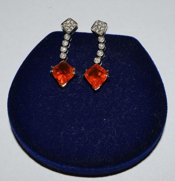 Coppia di orecchini in oro bianco a pendente, con opali di fuoco tagliati a rombo e diamanti, peso g 5,5, diamanti ct. 0,36(2)