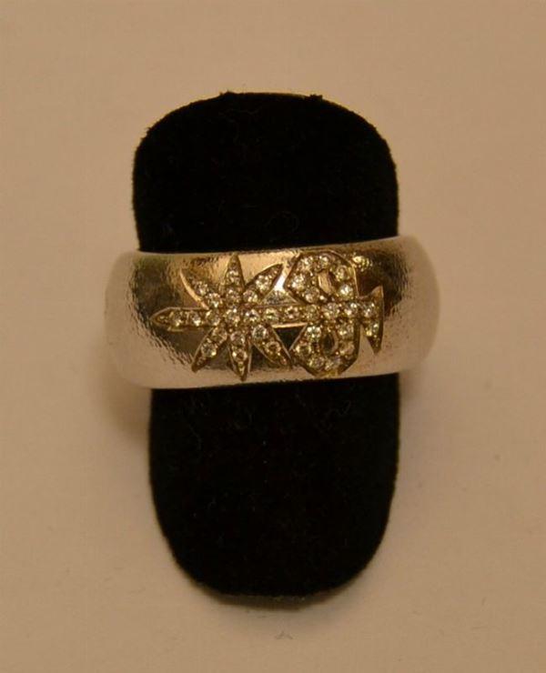 Anello in oro bianco a fascia larga, SIGNET MAXI, con diamanti, peso g 14, diamanti ct. 0,19, marcato Torrini