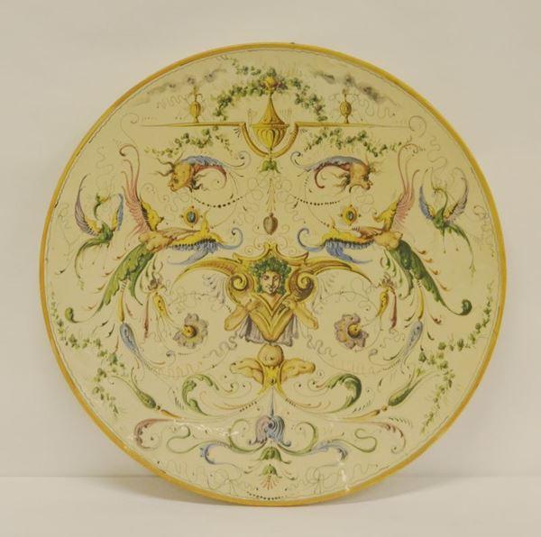 Piatto da parete, sec. XIX, in maiolica decorata a FIGURE E FIORI, diam. cm 47, lieve felatura