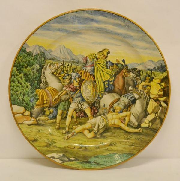 Piatto da parete, sec. XIX, in ceramica, decorato a SCENE DI BATTAGLIA, diam. cm 47