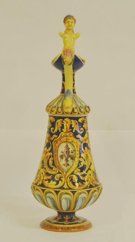 Brocca versatoio, sec. XX, in maiolica, decorato a motivi vegetali, con manico a figura femminile, alt. cm 49