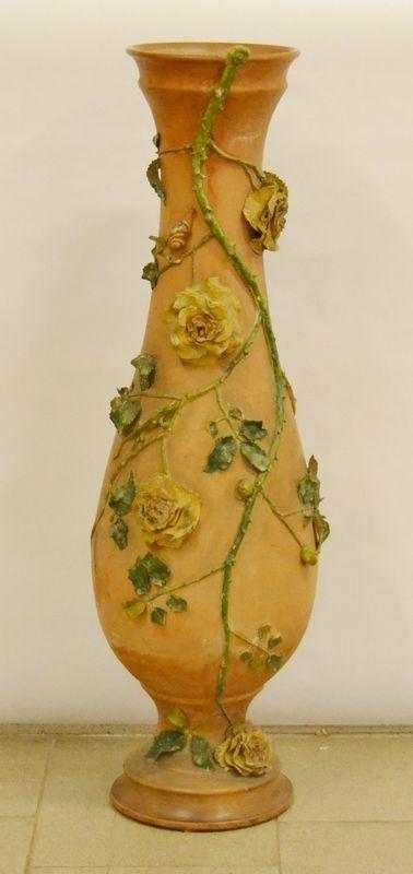 Vaso, sec. XX, in terracotta con fiori e foglie a rilievo, alt. cm 97, mancanze